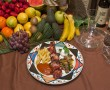 Plato con brocheta a la brasa acompañada de patatas fritas, variedad de verduras y salsa de tomate