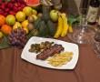 Plato de entrecto a la parrilla acompañado de patatas fritas y variedad de verduras