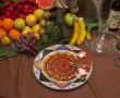 Tarta casera de tiramisú acompañado de fresas y nata